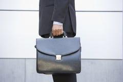 удерживание бизнесмена портфеля outdoors стоковая фотография rf
