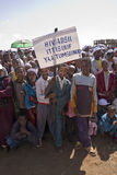 удерживание ВИЧ детей знамени Стоковая Фотография RF