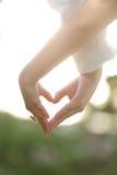 Удерживание вручает сердце, тему венчания, стоковые фотографии rf