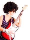 удерживание гитариста гитары девушки над белыми детенышами Стоковые Изображения RF