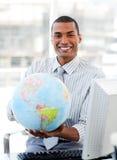 удерживание глобуса бизнесмена этническое земное Стоковые Фото