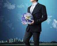 удерживание глобуса земли накаляя Стоковое Фото