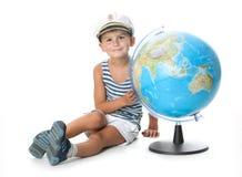 удерживание глобуса мальчика стоковые фото