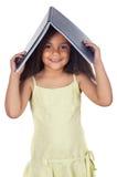удерживание головки девушки книги Стоковые Изображения RF