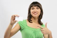 удерживание девушки визитной карточки Стоковые Изображения