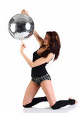 удерживание девушки диско шарика Стоковая Фотография