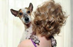 удерживание девушки собаки стоковое изображение rf