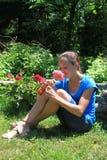 удерживание девушки цветка довольно Стоковая Фотография
