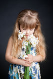 удерживание девушки цветка немногая Стоковое Фото