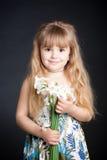 удерживание девушки цветка немногая Стоковые Изображения RF