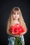 удерживание девушки цветка немногая Стоковые Изображения