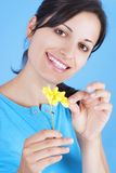 удерживание девушки цветка Стоковое Фото