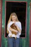 удерживание девушки цыпленка подростковое Стоковые Фотографии RF