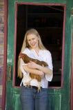 удерживание девушки цыпленка подростковое Стоковое фото RF