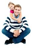 Удерживание дочи ее отец от позади стоковые изображения rf
