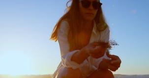 Удерживание женщины высушило завод в пляже 4k видеоматериал