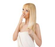 Удерживание женщины ее волосы и интересовать Стоковая Фотография