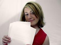 удерживание завертывает женщину в бумагу стоковые фотографии rf