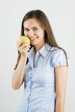 удерживание зеленого цвета девушки яблока стоковые фото