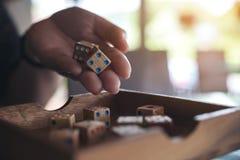 Удерживание и завальцовка руки деревянные dices Стоковое Изображение RF