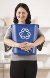 удерживание корзины рециркулируя женщину Стоковое Изображение RF