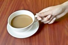 удерживание кофейной чашки Стоковое Изображение
