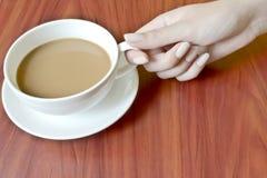 удерживание кофейной чашки Стоковое Изображение RF