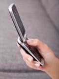 удерживание мобильного телефона Стоковое фото RF