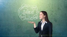 Удерживание молодой женщины покрасило экономический цикл на открытой ладони руки, над изолированной предпосылкой студии владение  Стоковое Изображение