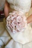 удерживание невесты букета Стоковое Изображение