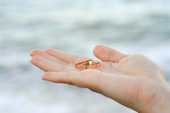 удерживание невесты звенит венчание Стоковое Фото
