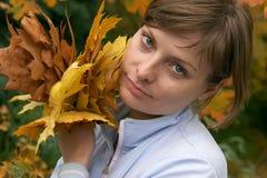 удерживание осени выходит детеныши женщины парка Стоковое Изображение