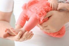 удерживание отца newborn стоковые фото