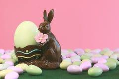 удерживание пасхального яйца шоколада зайчика Стоковое Фото