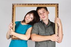 удерживание рамки внутри женщины человека стоящей Стоковые Фотографии RF