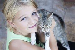 удерживание ребенка кота Стоковое фото RF