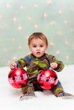 удерживание рождества младенца орнаментирует пижамы Стоковое Изображение