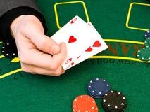 удерживание руки карточек стоковое изображение rf