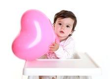удерживание сердца воздушного шара младенца Стоковая Фотография