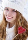 удерживание сердца девушки конфеты довольно стоковые изображения rf