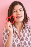 удерживание сердца девушки счастливое Стоковые Фотографии RF