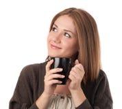 удерживание чашки смотря вверх детенышей женщины Стоковые Фото