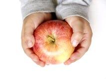 удерживание яблока стоковые изображения