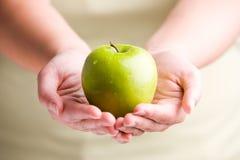 удерживание яблока Стоковое Изображение