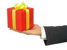удерживание s руки подарка бизнесмена Стоковое Изображение