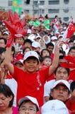 удерживание singapore перчатки флага мальчика Стоковое фото RF