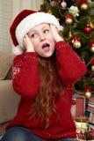 Удивленная голова касания девушки Интерьер дома с украшением, елью и подарками рождества Концепция кануна Нового Годаа и зимнего  Стоковое Фото