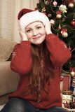 Удивленная голова касания девушки Интерьер дома с украшением, елью и подарками рождества Концепция кануна Нового Годаа и зимнего  Стоковая Фотография