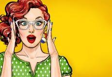 Удивленная женщина искусства шипучки в стеклах битника Плакат рекламы или приглашение партии с сексуальной девушкой клуба с откры Стоковая Фотография