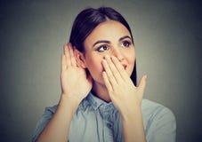 Удивленная женщина слушая к сплетням стоковое фото rf